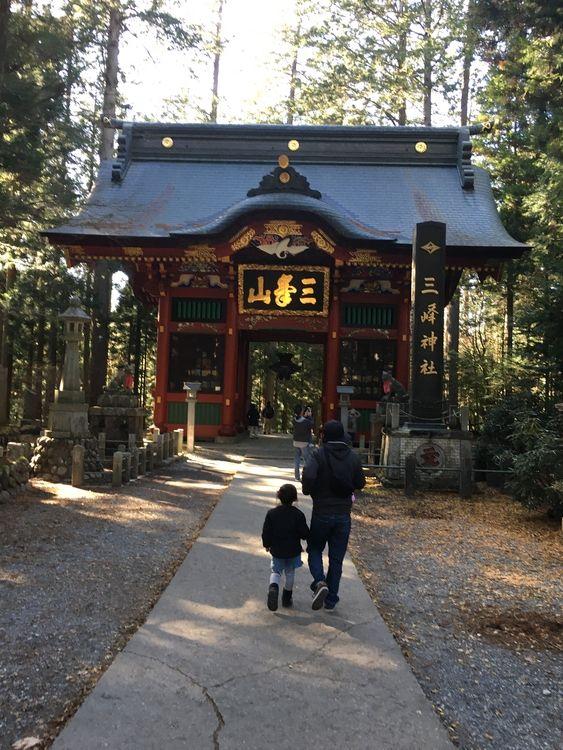 着いた先は、三峰神社。看板を見たら、行かなきゃいけないような気がして(笑)思った以上に遠かったのですが(;^_^A山道の紅葉が綺麗でした(^^)