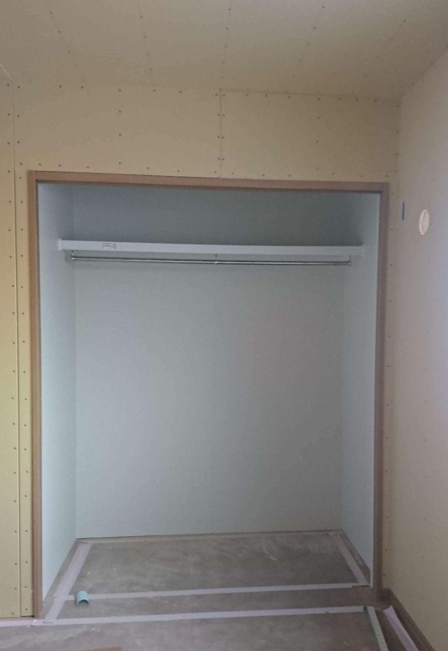クローゼット内に枕棚ハンガーパイプが取付られました。