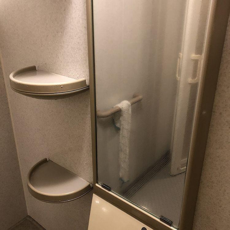 【修繕の豆知識】浴室鏡のウロコ取り、まずは強くこするより洗剤の性質を利用しよう!