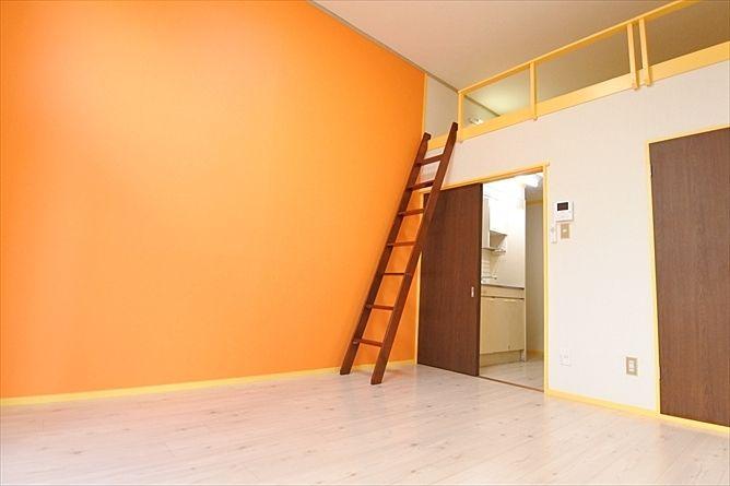 暖色系の温かみのある洋室
