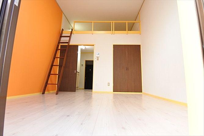 床も白を基調にすることで清潔感のあるイメージへ