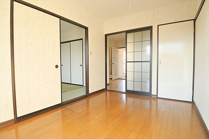 木目が引き立つように白を基調のお部屋作りへ