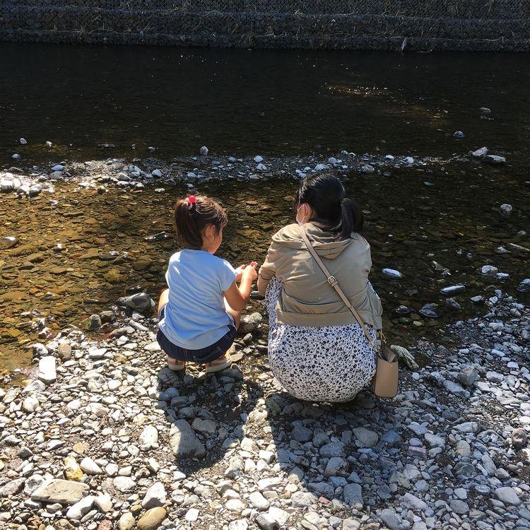 高麗川で貝殻を探してる次女。その横で「海じゃね~から!」と長女。